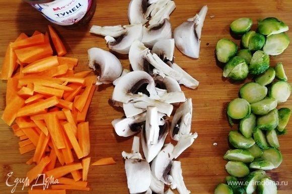 Чем меньше ингредиентов в салате, тем крупнее они режутся — это правило! Не мельчим.