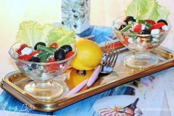 Кладем салатные листья в креманки и раскладываем салат. Приятного аппетита!