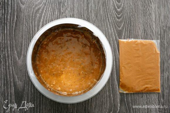 Затем я залила карамельно-ореховое желе в форму диаметром 14 см (подготовила ее так же, как формы для компоте из кураги). У меня получилось два вида карамели: одна будет начинкой, другую я добавлю в крем. Убрала желе в форме в морозилку на сутки.