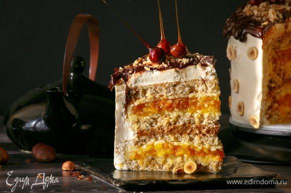 Последовательность сборки торта такая (снизу вверх): фундучный бисквит, тонкий слой белого ганаша, компоте из кураги, тонкий слой белого ганаша, бисквит, карамельное желе, бисквит, белый ганаш, компоте из кураги, белый ганаш, бисквит.
