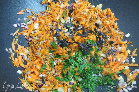 Добавить мелко нарезанный свежий базилик и петрушку, сухой базилик, соль (я соль не добавляю, мне хватает солености соевого соуса) и черный свежемолотый перец.