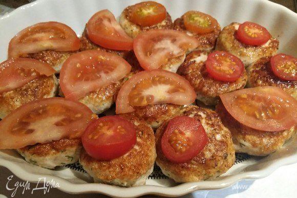 Я взяла черри и обычные помидоры, нарезала обычные, и оказалось, что кружок помидора больше по размеру, чем биточек, поэтому я разрезала колечко пополам. Черри, как оказалось, наоборот меньше по размеру. В общем, поэкспериментировала немножко:) Биточки выложить в форму для запекания, смазав форму растительным маслом. На каждый биточек выложить кусочек помидора.