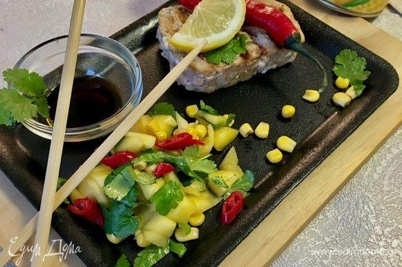 Не прошло и 30 минут, а яркий весенний благоухающий пряными ароматами и зовущий к столу, обед, а может быть ужин, готов! Соевый соус можно подать отдельно, кому не хватит соли.