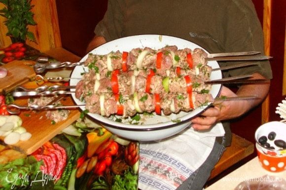 Главное (как и во всех дружеских или семейных блюдах) — настроение и атмосфера. Пора на угли.