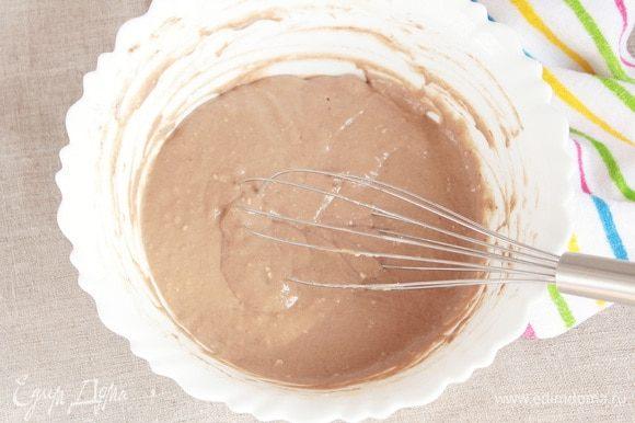 В оставшееся тесто добавить какао-порошок (2 ст. л.), тщательно перемешать. Выпекать в той же форме, что и светлый корж минут 25–40. Готовность также определить лучинкой.