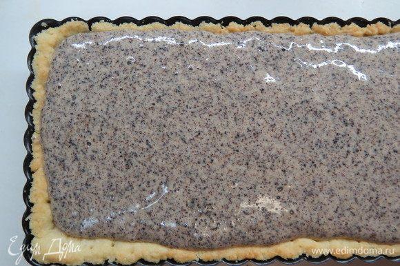 На орехово-сливочную начинку вылить маковую начинку. Выпекать в разогретой до 180°С духовке около 40 минут.