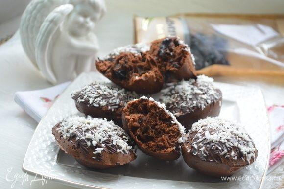 Разложить тесто в силиконовые формочки, выпекать в разогретой духовке при 200°С в течение 15 минут.На водяной бане растопить шоколад 50 г, обмазать им кексы, сверху посыпать кокосовой стружкой (кондитерской посыпкой). Поставить в холодильник на 5 минут, чтобы шоколад застыл.