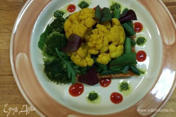 На тарелку выкладываем рис, сверху — овощи и по краям добавляем соусы песто и сальса. При желании сдобрить маслом. Приятного аппетита! Сочность и ароматы блюда не оставят вас равнодушными!