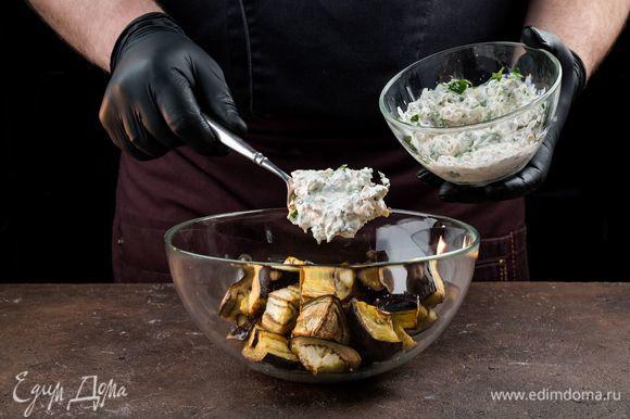 Заправьте салат, посолите по вкусу, добавьте перец.