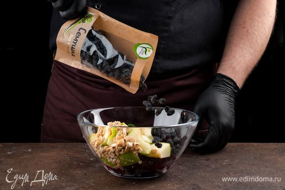 Соедините в салатнике свеклу, яблоки, орехи, изюм «Семушка» (предварительно промыть и высушить).