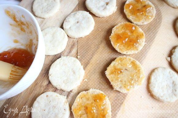 Вынуть печенье из духовки, смазать половину печенья абрикосовым джемом.