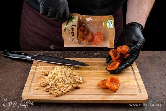 Сушеные абрикосы (предварительно промыть) и грецкие орехи «Семушка» измельчите.