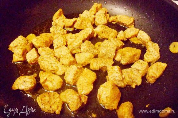 Готовое пряное филе индейки оставить на сковороде, накрыть крышкой и сохранять теплым до сервировки супа.