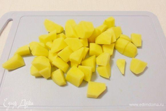 Очищенный картофель также нарезать некрупными кусочками.