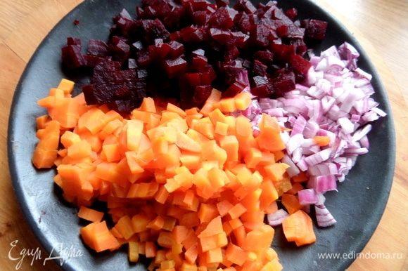 Красную луковицу и вареные овощи нарезать как можно мельче.