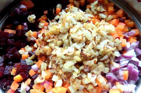 Перенести жареный лук в нарезанные овощи.