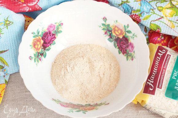 Остывший обжаренный рис смолоть в кофемолке до состояния муки.