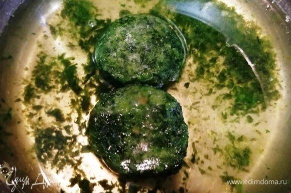 Нагреть воду и распустить замороженный шпинат. Довести до кипения, посолить.
