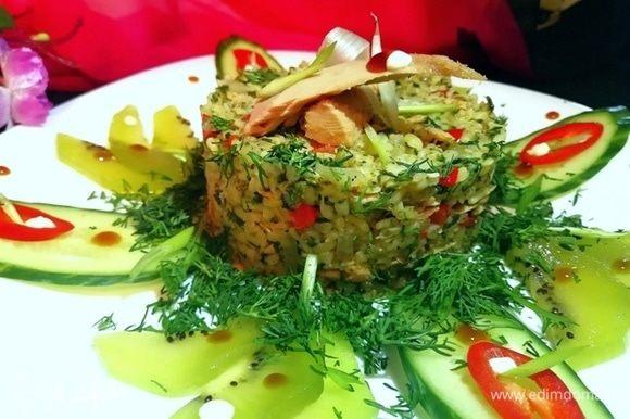 Выложить блюдо через кулинарное кольцо на тарелку.