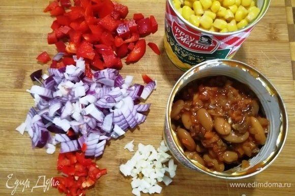 Кукурузу и фасоль «Фрау Марта» освобождаем от жидкости (она нужна для соуса). Перец, лук и чеснок нарезаем кубиком.