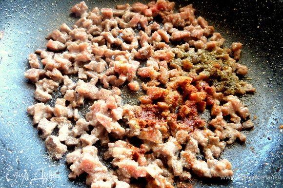 В другой сковороде или после лука обжарить фарш со специями.