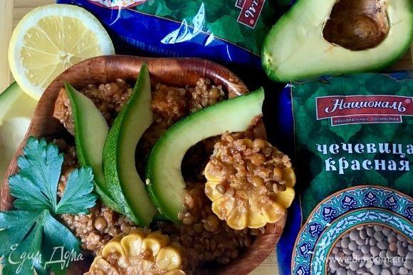 Такой мексиканский салат очень вкусен как теплый, так и холодный! А на следующий день даже еще лучше становится, все овощи и крупы пропитываются друг другом, получается пикантно и сочно! Подавать мексиканский салат идеально с ломтиками авокадо, сбрызнув лимонным соком, с петрушкой или ароматной кинзой! Пусть будет всегда вкусно и очень полезно! Приятного аппетита!