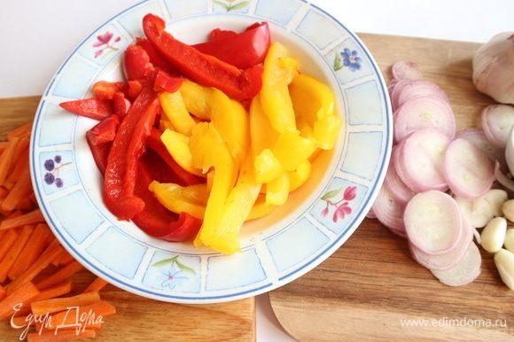 Болгарский перец запечь в духовке в фольге, предварительно очистив от семян, в течение 15–20 минут. Вынуть, охладить под струей холодной воды, нарезать на небольшие продольные кусочки. Морковь, чеснок и лук-шалот почистить. Морковь нарезать небольшими брусочками, лук — тонкими колечками.