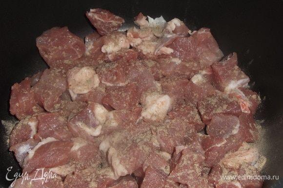 Включить духовку на 200°C. Пока режете мясо (у меня свиная лопатка), оно прогреется. Свинину нарезать кусочками примерно 1,5 см на 1,5 см. Уложить на дно казана или кастрюли. Посыпать перцем.