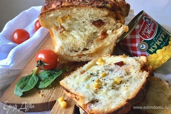 Смотрите, какой пышный сдобный мякиш! Хлеб сытный, калорийный, не спорю. Но он очень вкусный! А от кусочка такого хлебушка на завтрак с ломтиком сыра или в обед с салатом никому плохо не будет. Даже в предверии лета. А будет только вкусно. Угощайтесь!