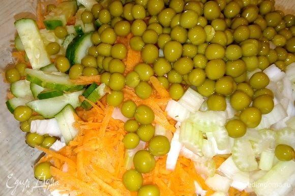 Все смешиваем. Открываем консервированный зеленый горошек ТМ «Фрау Марта», сливаем маринад, добавляем горошек в салат. Заправить можно майонезом, а можно смешать 1:1 майонез со сметаной или йогуртом. Кстати, я этот салат даже не солю, и так очень вкусно.