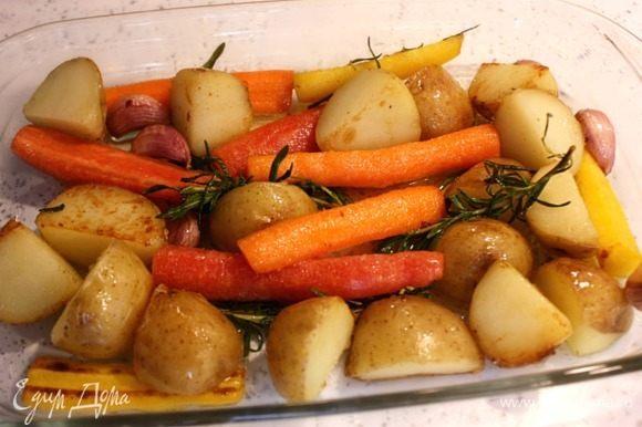Как только картофель станет приобретать золотистый цвет, переложить все в огнеупорное блюдо или противень и поместить в духовку на 25–30 минут. Пару раз можно аккуратно перемешать овощи для равномерного приготовления.