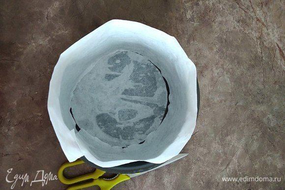 Включаем духовку в режиме конвекция на 180°C. Далее подготавливаем форму для запекания. У меня 16 см в диаметре. Для подстраховки вырезаю пекарскую бумагу и приклеиваю на дно и к бортам, предварительно смочив ее водой. Таким образом я буду уверена, что бисквит не прилипнет и не порвется, когда я буду вынимать его из формы. Бумага отходит очень хорошо, не рвет края.