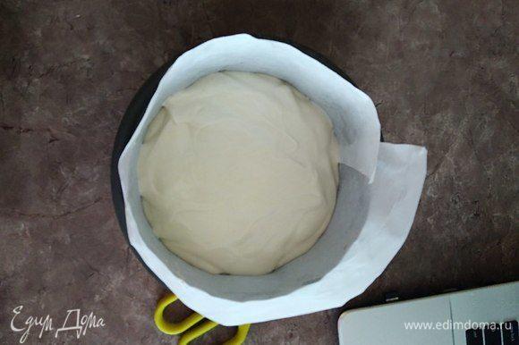 Осторожно выливаем массу в форму и ставим в духовку на 25–30 мин. Лучиной проверяем готовность (я не проверяла, боялась что бисквит опадет от перепада температур).