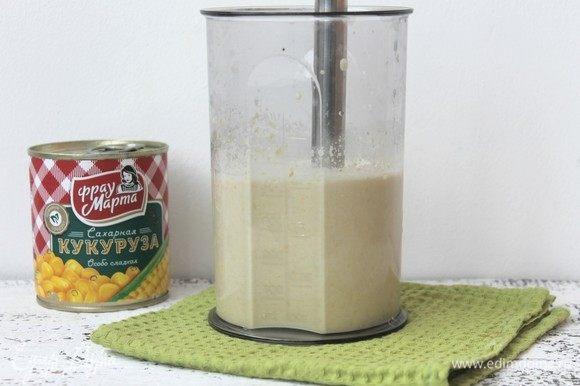 В чаше блендера смешаем кукурузу, сливки, сахар и ванилин.