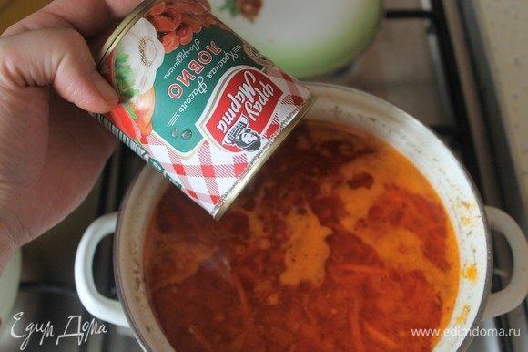 За 5 минут до готовности супа добавляем фасоль вместе с соусом из банки.