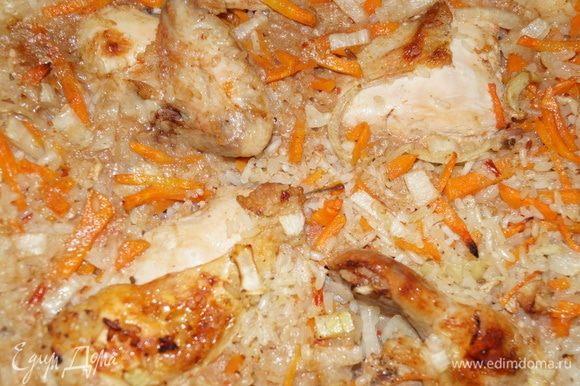Когда вы увидели, что ваш рис уже почти готов, освободите форму от фольги и оставьте ее в духовке минут на 10, чтобы мясо и овощи подрумянились. Вот такой плов получается. Ароматный, рассыпчатый, смачный.