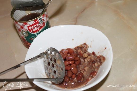 Разомните немного фасоль и добавьте к грибам. Обжарьте все вместе, добавив по вкусу соль и перец.