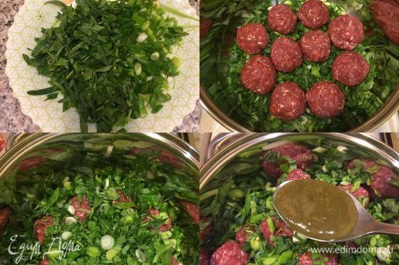 И так, зелень мелко нарезать и смешать. В кастрюлю с толстым дном добавить масло и начать слоями выкладывать: сначала зелень, затем тефтели, соль, потом опять зелень, тефтели, соль и последний слой зелени. Затем добавляем ткемали и заливаем все вином.