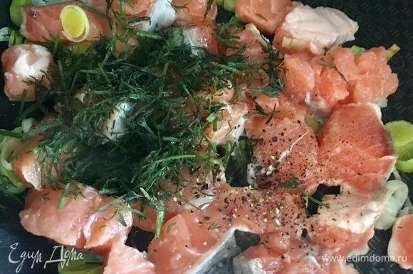 Обжарить рыбку со всех сторон, чтобы мясо изменило цвет. Совсем немного присолить, сдобрить свежемолотым черным перцем и парой столовых ложек свежего порубленного укропа. Выключить и оставить на время.