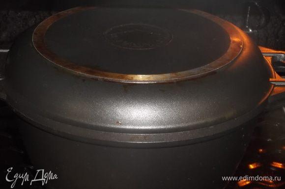 Посуду накрыть крышкой и поставить в духовку при 200°C на 1,5 часа.