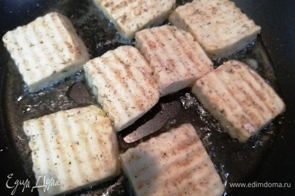 Тем временем обжариваем на кокосовом масле сыр.