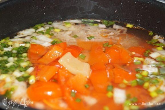 Заливаем водой до разрешенного предела или меньше, смотря какую густоту вы любите. Закрываем крышку, включаем режим «Варка супа». Когда закончится время варки, по кухне разнесется аромат рассольника.