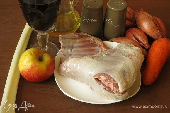 Подготовим продукты: ребра ягнятины, овощи, специи, масло растительное и вино.