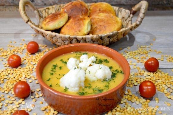 Остается разлить суп в порционные тарелки и в центр выложить соцветия цветной капусты, посыпать зеленью.