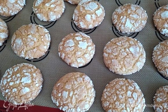 Печеньки должны стать золотистыми и увеличиться в размере. Вот такие трещинки.