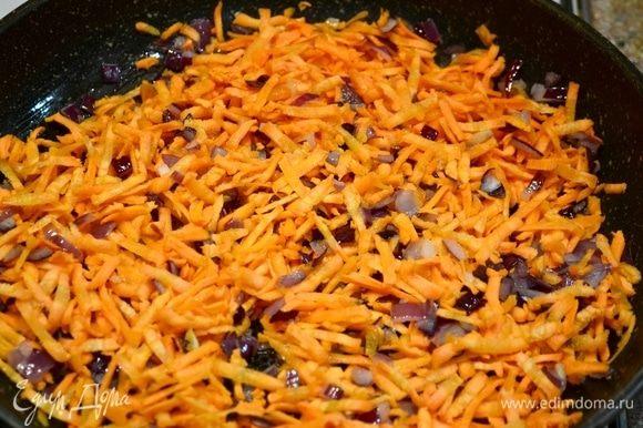 Затем добавляем морковь, натертую на крупной терке.