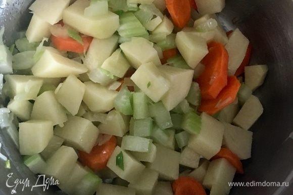 Добавить нарезанный кубиком картофель. Перемешать и оставить все овощи на пару-тройку минут пропитаться все вместе маслом и «перезнакомиться».