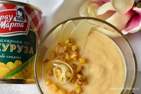 И можно сервировать суп. Наливаем в тарелочку нежного бархатного крем-супа из овощей, выкладываем несколько слайсов любого твердого сыра и горсть кукурузных сухариков! Берем ложку, пробуем, наслаждаемся, улетая на время обеда в облака! Приятного весеннего всем аппетита!