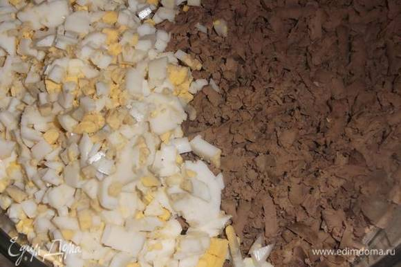 Печень остудить и натереть на крупной терке. Добавить порубленное яйцо.