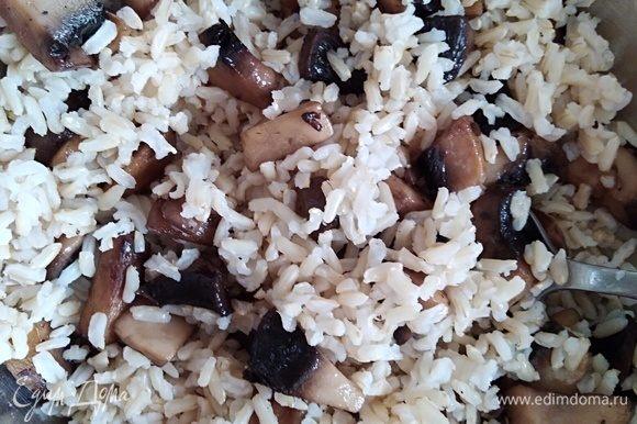 В миске смешать рис, грибы.